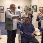 Војни инвалид, без обе ноге и руке, слика и уређује новине